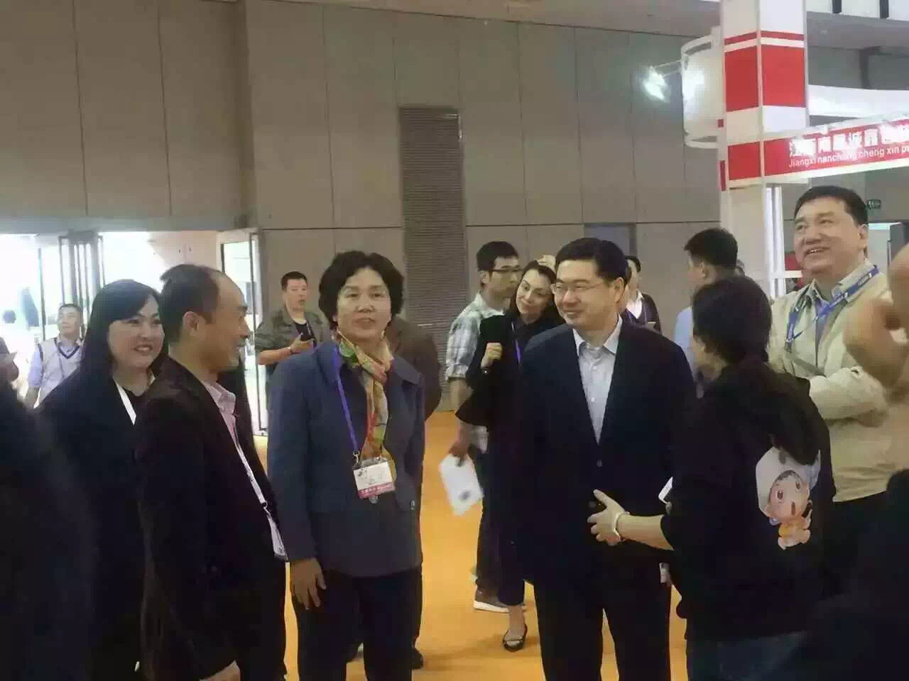 Jiang Manxia, Secretary General of China National  Household Paper Industry Association(CNHPIA), and other leaders observe the booth of JWC Group .